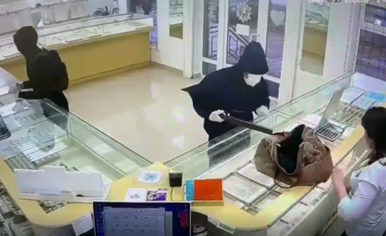 Masked thief 2 stealing jewelry